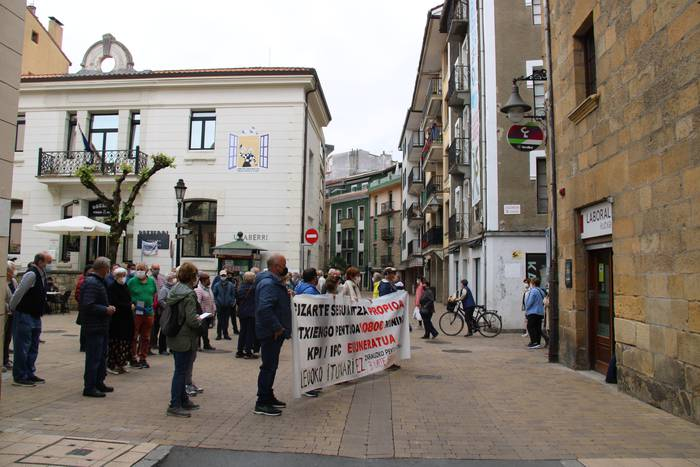 Banku eta aurrezki kutxen aurrean egin dute protesta gaur pentsionistek